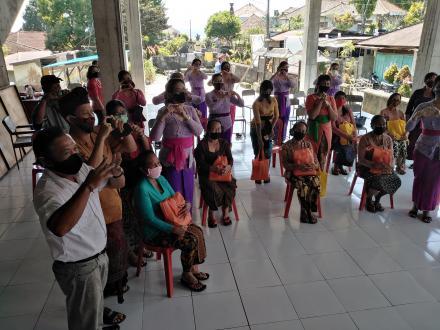 Penyerahan paket sembako dari Ibu Wakil Bupati Buleleng